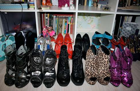 high heels schrank wohn design. Black Bedroom Furniture Sets. Home Design Ideas