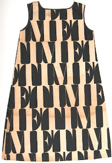 fa7fc2be Forfatteren av siden påpeker videre at 'avis-papir-estetikken' allerede  fantes på kjoler fra 20-tallet og konkluderer med at man innen mote ikke  har sett ...