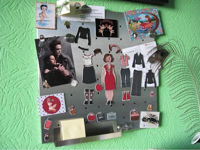 Foto der Lily Lux Kühlschrankmagnete auf einer Pinnwand mit Bella und Edward