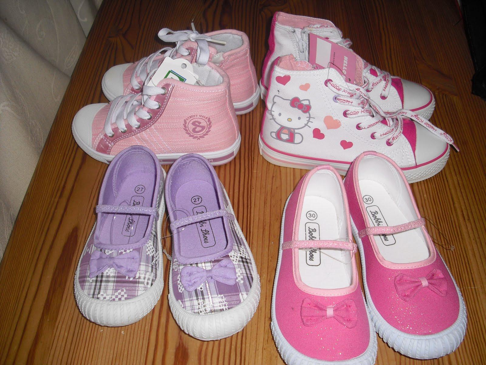 ef678536 Ble noen nye sko på barna Julie fikk rosa basketsko pluss nye innesko til å  bruke i barnehagen. Martine fikk Hello Kitty sko og selvvalgte rosa sko til  ...