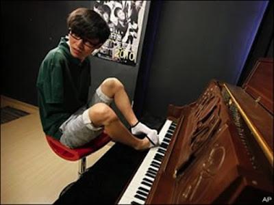 pemain piano tak bertangan