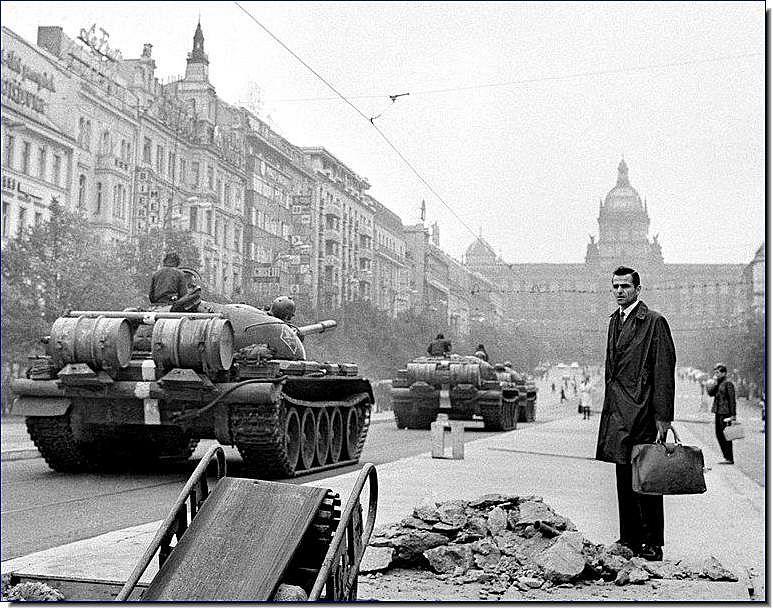 https://i1.wp.com/4.bp.blogspot.com/_oIAhQMTG-dU/S9mRRXVp08I/AAAAAAAAEbU/4Wl94kx2pL4/s1600/soviet-invasion-czechoslovakia-1968-illustrated-history-pictures-images-photos-019.jpg?w=600&ssl=1