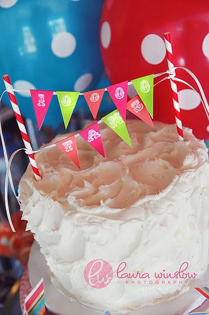 Tortas decoradas con mini-banderines - LaCelebracion.com