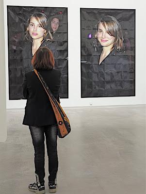 11a917b5 Aino betraktar, eller ska vi säga utbyter blickar med kvinnan på en av  Michael Schmidts foton.