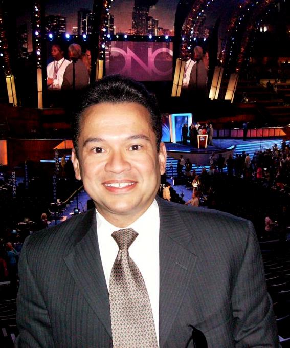 Eine ziemlich dralle asiatische Brünette wird von Tony Martinez erregt