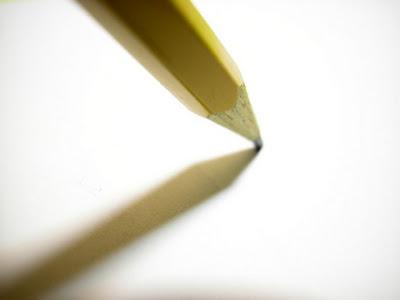 قلم-رصاص-الورقة-بيضاء-الكتابة-جفاف-القريحة-الأفكار