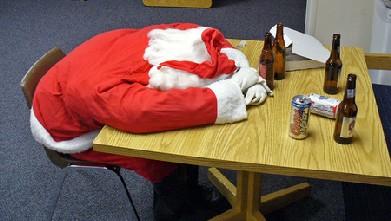 smiješne božićne čestitke Božićne slike i e card čestitke: Pijani djed Mraz leži na stolu smiješne božićne čestitke