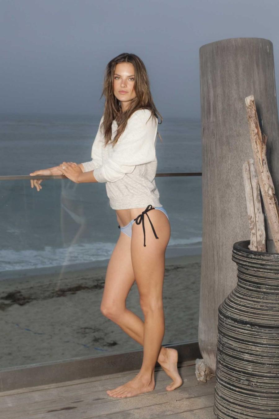 Photabota Alessandra Ambrosio Bikini Bottoms Leg Show