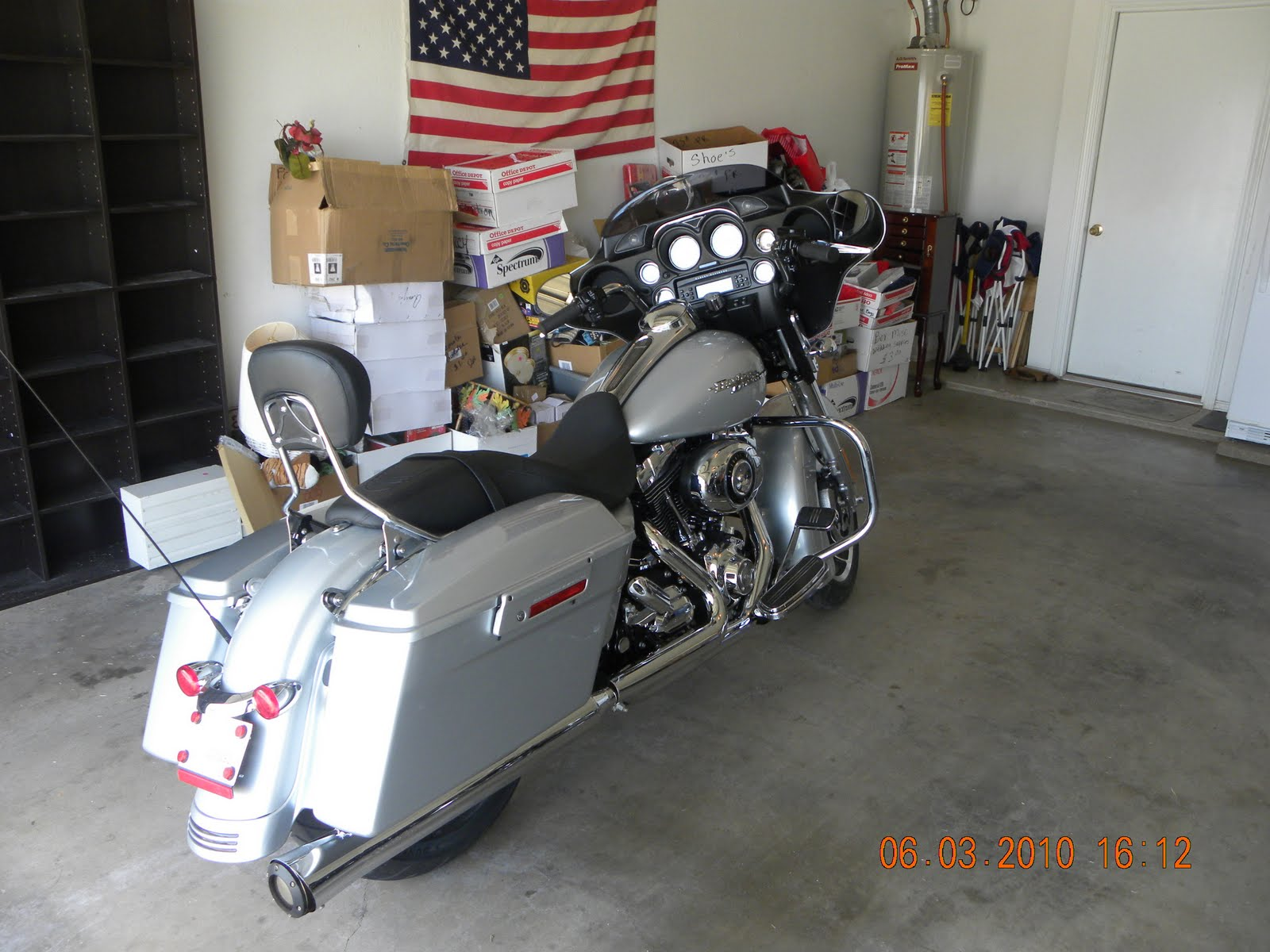 5b72c354 This is a 2010 Harley Street Glide. This thing has all kinds of goodies on  it.