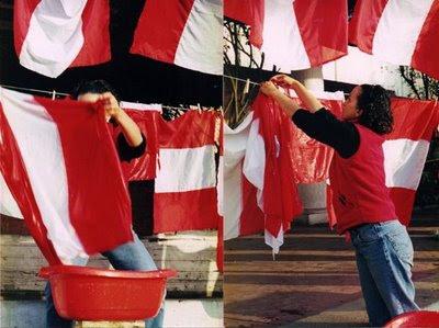 Lavado de bandera: protesta de los años 2000 con el fin de querer limpiar la patria manchada por el Fujimontesinismo