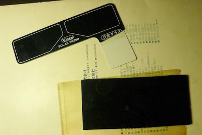 早期的日蝕眼鏡(上)和焊接用鬼面具(下)的鏡片。