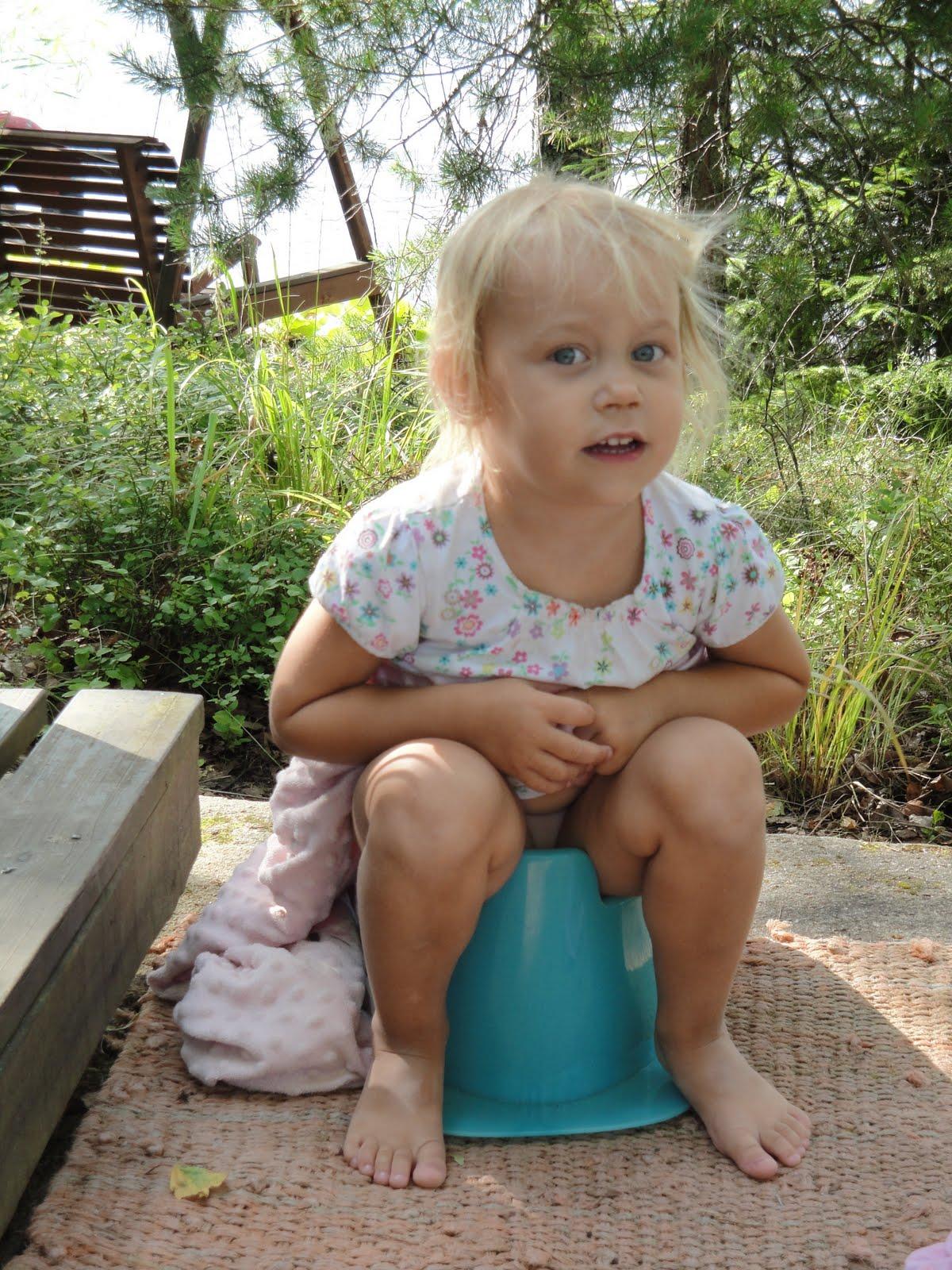 little girl  pee  Little Girls Going Potty Outside