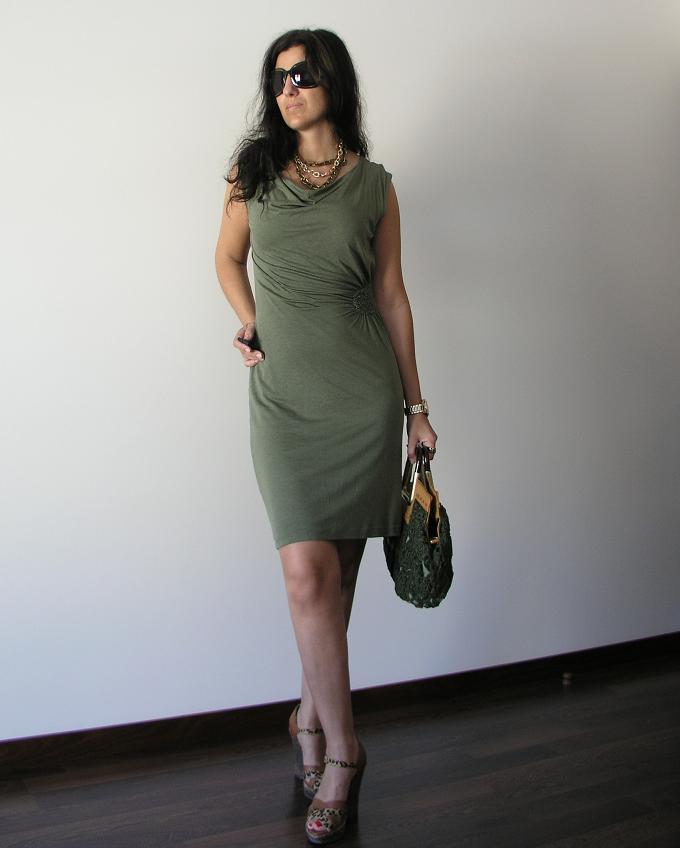 23e17d1371 Desta vez a usar o meu colar de correntes num conjunto mais feminino e  clássico  com um vestido de jersey verde seco e uma mala nova de cor ...