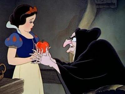 Blanca Nieves recibe una manzana envenenada.