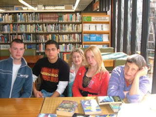 Kate Thompson visits deValera Library, Ennis as guest at recent book club meeting.