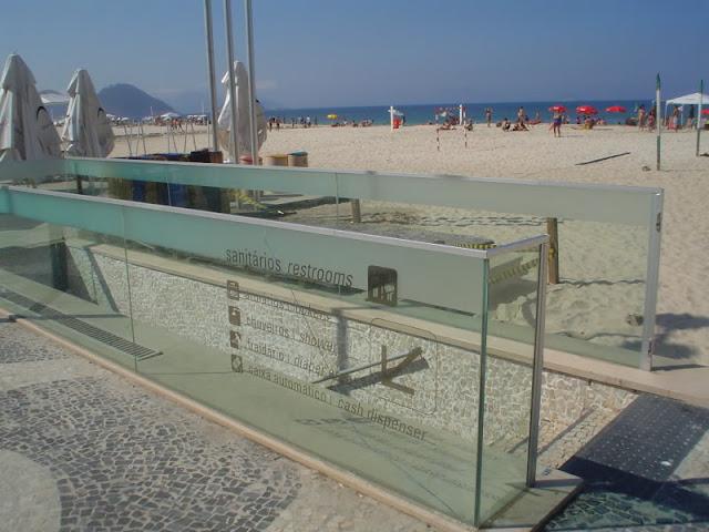 Banho no Calçadao de Copacabana