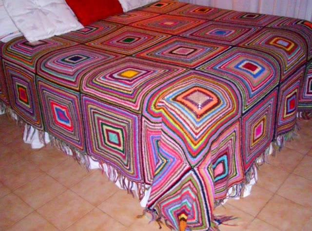 Colcha al crochet tejida con restos de lana for Colchas de punto de lana