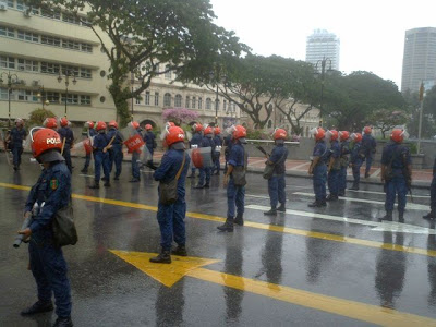 Riot Squad with rifles, etc., behind marchers near Datarn Merdeka, in front of Loke Yew Building