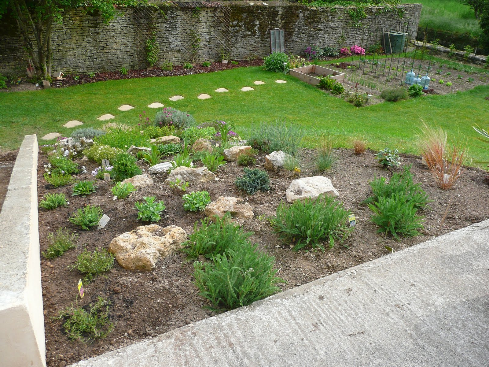 notre jardin secret am nagement autour de la rocaille. Black Bedroom Furniture Sets. Home Design Ideas