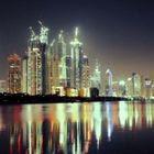 O céu e as luzes de Dubai em timelapse