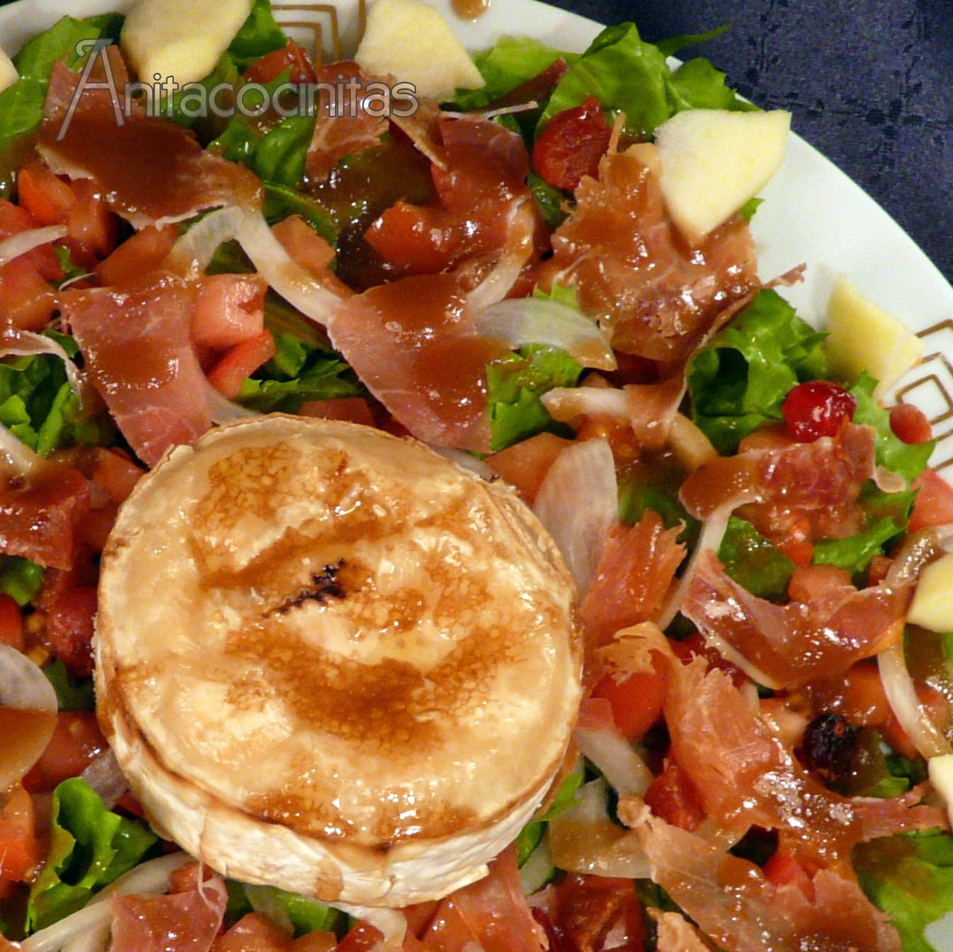 Ensalada de queso de cabra gratinado y tomates confitados