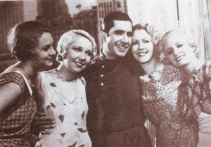 Carlos Gardel junto a Peggy, Mary, Betty y Julie.
