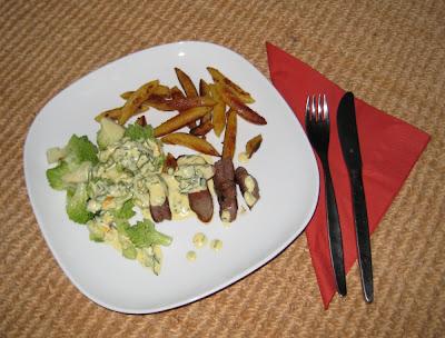 Romanesco mit Schupfnudeln, Rindersteak und einer Art schneller Sauce Béarnaise