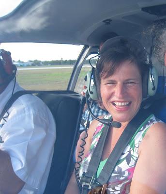 Barbara im Hubschrauber auf Grand Cayman