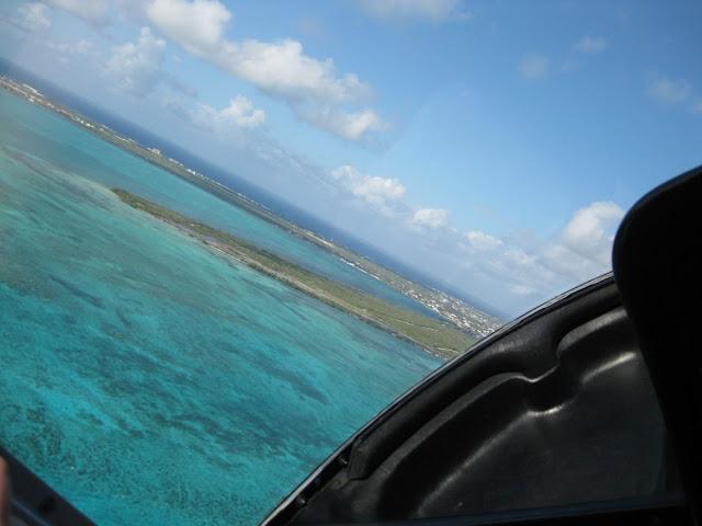 Hubschrauberflug auf Grand Cayman