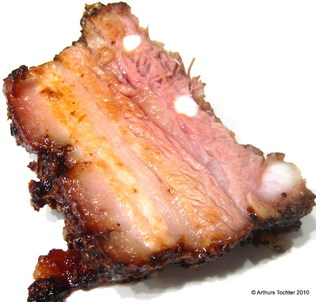 Sous vide gegarter Schweinebauch, aufgeschnitten. Lackierter Schweinebauch sous vide mit weißen Rüben  | Arthurs Tochter kocht von Astrid Paul. Der Blog für Food, Wine, Travel & Love