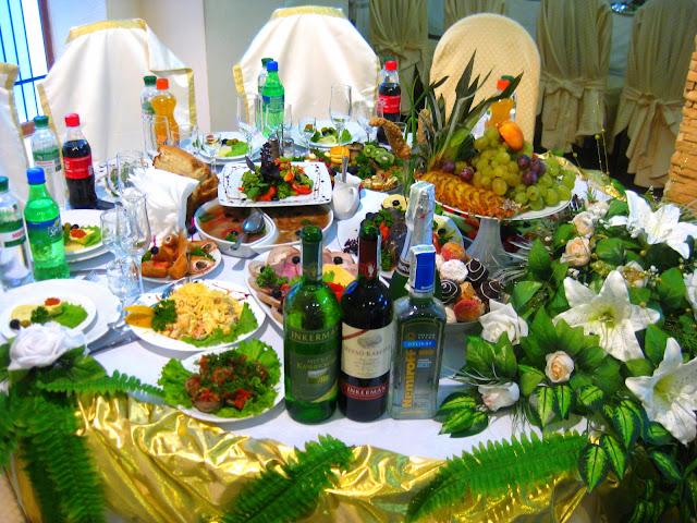 Der Tisch des Brautpaares! Wahnsinn! Arthur und Tochter auf großer Fahrt in die Ukraine zu einer Hochzeitsfeier der ganz besonderen Art. Dazu Reisetipps für die Ukraine | Arthurs Tochter kocht von Astrid Paul. Der Blog für Food, Wine, Travel & Love