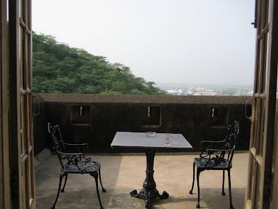 foto de terraza con mesa y dos sillas con montaña boscosa de fondo
