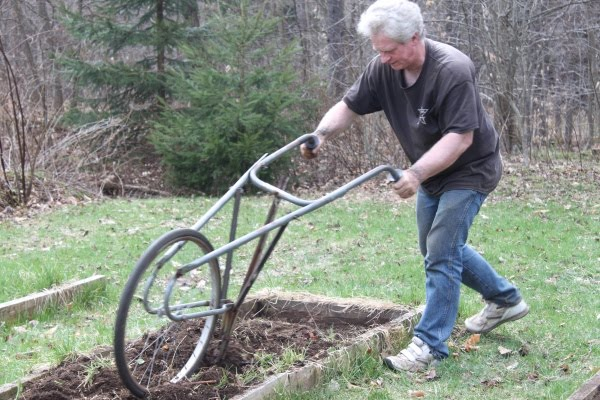 Fresh Reflections of katlupe: Plowing The Garden With The Wheel Hoe KR05