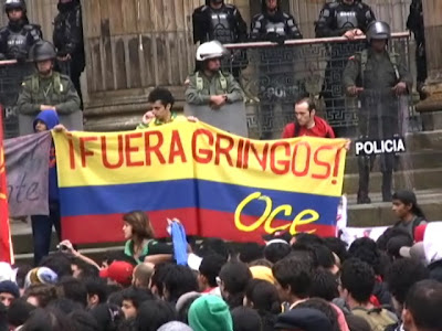 http://4.bp.blogspot.com/_v4S3Z2hZfqA/SypKP-uE_WI/AAAAAAAAA0A/R6gV-3JuAas/s400/Estudiantes.Protesta+2.+Fuera+gringos.jpg