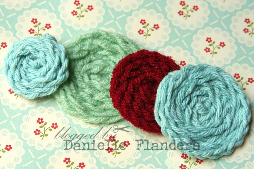 Логика изготовления проста: из ниток плетется косичка и скручивается в...