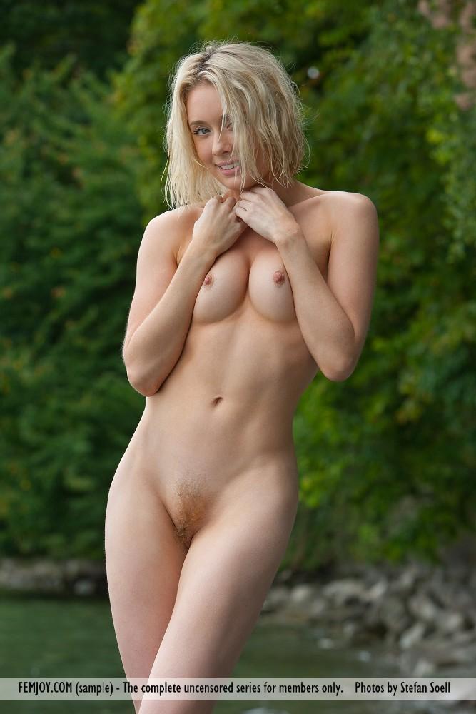 Hermosa rubia con arbusto peludo