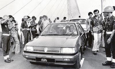 Image result for proton saga kereta nasional mahathir bawa lalu jambatan penang