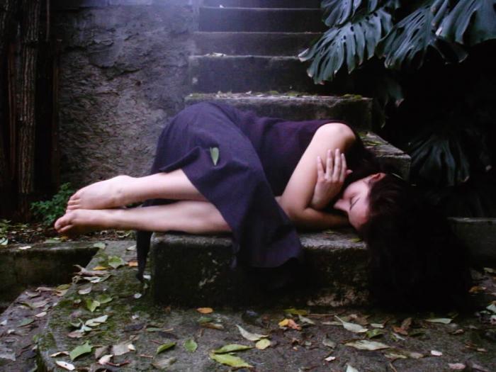 Resultado de imagem para mulher deitada triste
