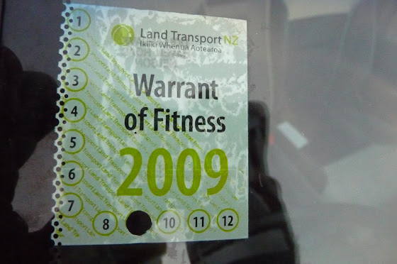 WOF Warrant of Fitness en un carro en Nueva Zelanda