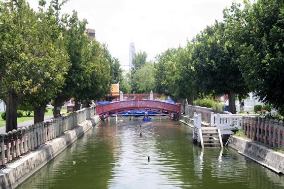 Hay muchos canales estrellos y callecitas angostas donde solo puede pasar un auto o un barquito