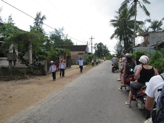 Cruzando por uno de los pueblos en Vietnam