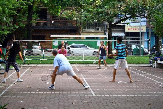 Gente jugando Badminton en Saigon