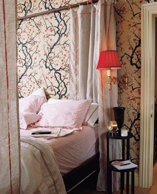 http://4.bp.blogspot.com/_wIzfiSE4l3Y/ScPRWx0rrgI/AAAAAAAACXg/XMPA7aa16pc/s400/Domino+mag+wallpaper+bedroom.jpg