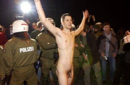 Nackte Jungs protestieren, Angelina Jolie Erbsünde Sexszene