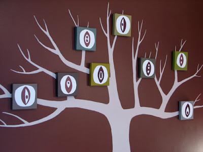 В последнее время очень популярен декор стен наклейками.