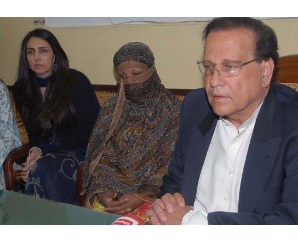 Salman Tasser junto a Asia Bibi en rueda de prensa. 2010