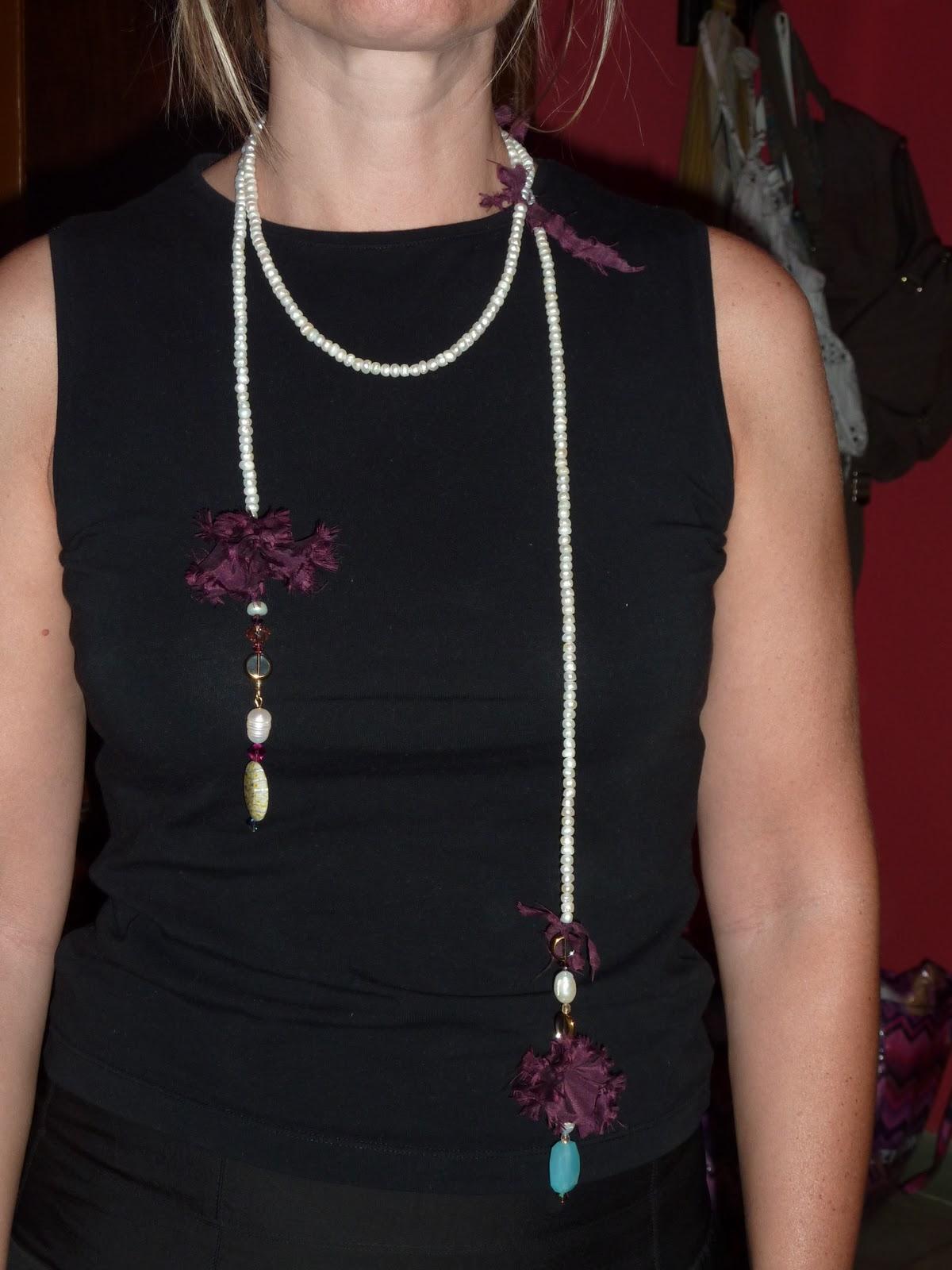 0634c91c853f Collar de perlas enlazado con anillas de crochet en cinta dorada