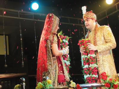 Resultado de imagem para casamento hindu troca de guirlandas