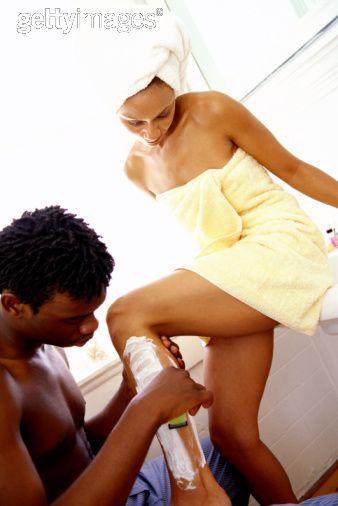 Mujer afeitada  de piernas, foto