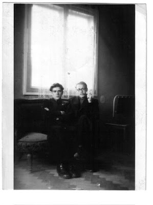 32e60801c41 Juuresoleval pildil on kaks parimat sõpra ja vaprat leegionäri, kui sõda  oli juba läbi, 1948ndal aastal, pisut enne Georgi (paremal) vahistamist.